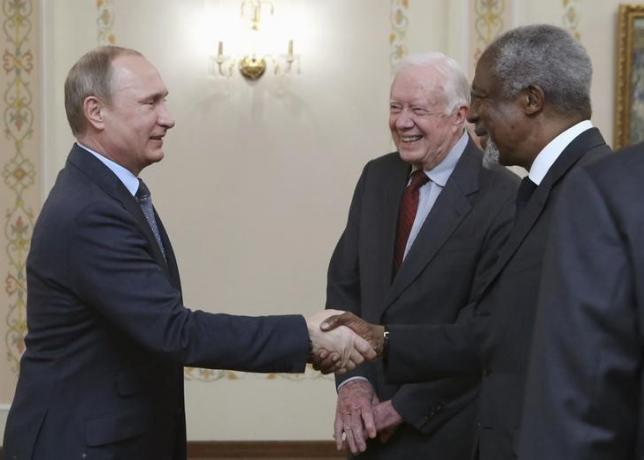 Russian President Vladimir Putin (L) meets with U.S. former President Jimmy Carter (C), U.N. former Secretary-General Kofi Annan and other members of the Elders group at the Novo-Ogaryovo state residence outside Moscow, Russia, April 29, 2015. REUTERS/Sergei Karpukhin